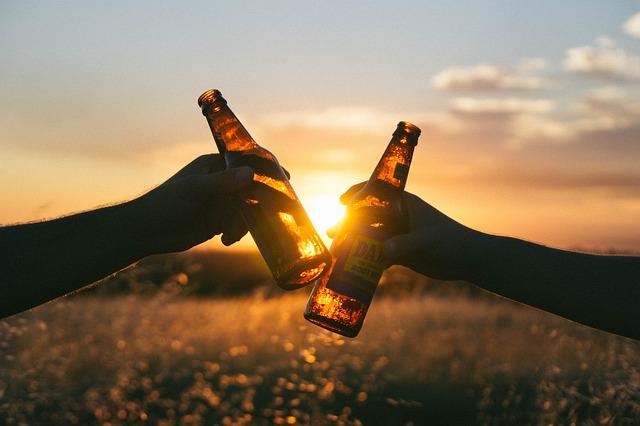 Brindisi con due birre in bottiglia
