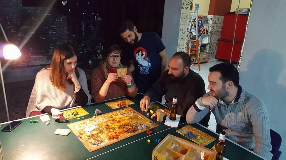 Persone che giocano a carte intorno ad un tavolo