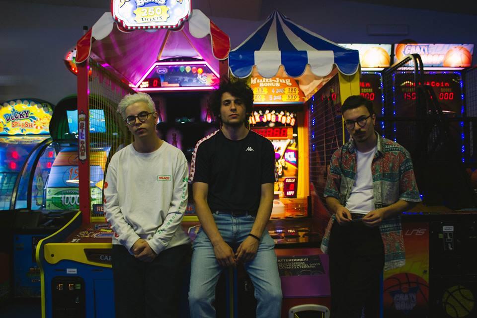 Tre ragazzi in una sala giochi